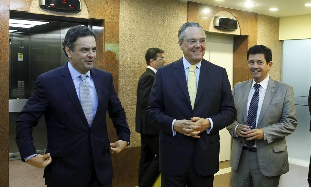 Aécio ao lado do presidente da Firjan, Eduardo Eugênio Gouveia Vieira, e o deputado Otávio Leite Foto: Marcelo Carnaval / O Globo