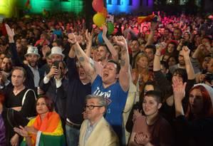 Festa. Malteses celebram na Praça de São Jorge após aprovação da lei que permite o casamento gay e a adoção por casais homossexuais Foto: Matthew Mirabelli / AFP