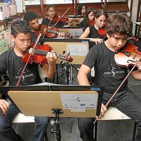 Alunos de projeto musical em Ciep da Maré, no Rio: tempo integral Foto: Laura Marques
