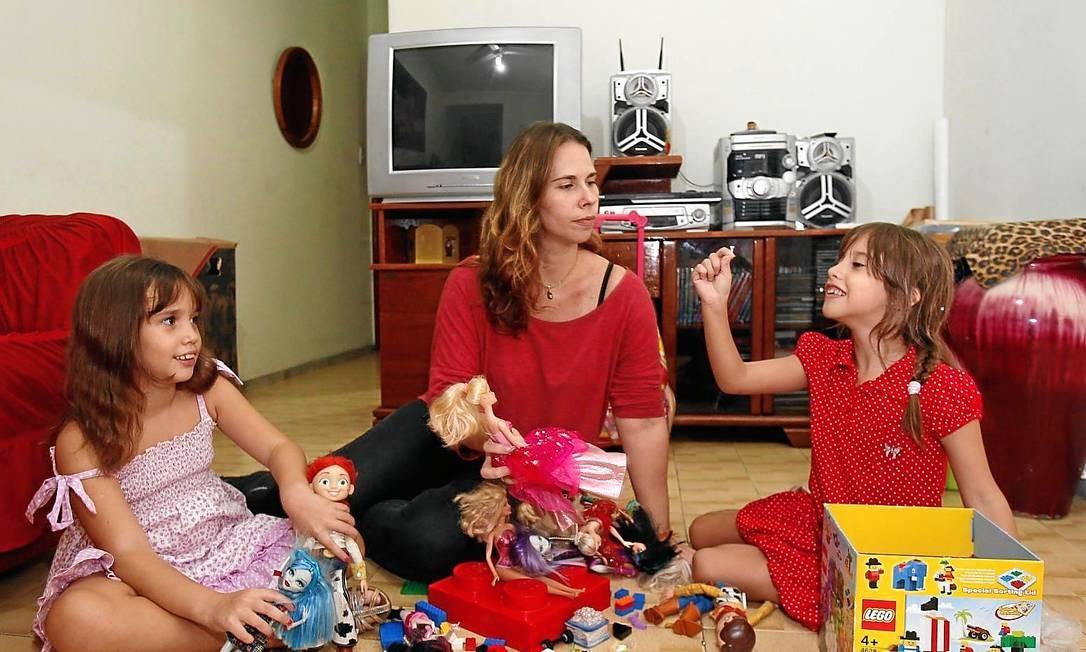 TV desligada. Na casa da publicitária Vanessa, o horário para as gêmeas assistirem à televisão é limitado Foto: / Alexandre Cassiano