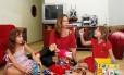 TV desligada. Na casa da publicitária Vanessa, o horário para as gêmeas assistirem à televisão é limitado
