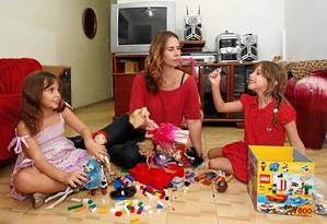 TV desligada. Na casa da publicitária Vanessa, o horário para as gêmeas assistirem à televisão é limitado Foto: Alexandre Cassiano