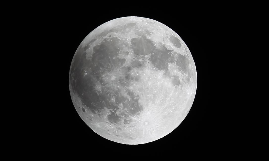 Uma sombra vai começando a tomar conta da Lua em foto tirada da Cidade do México EDGARD GARRIDO / REUTERS