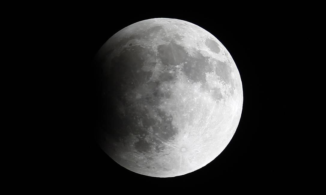 O eclipse começou por volta das 3h da madrugada, no Brasil, e foi visto nas regiões Norte e Centro-Oeste EDGARD GARRIDO / REUTERS