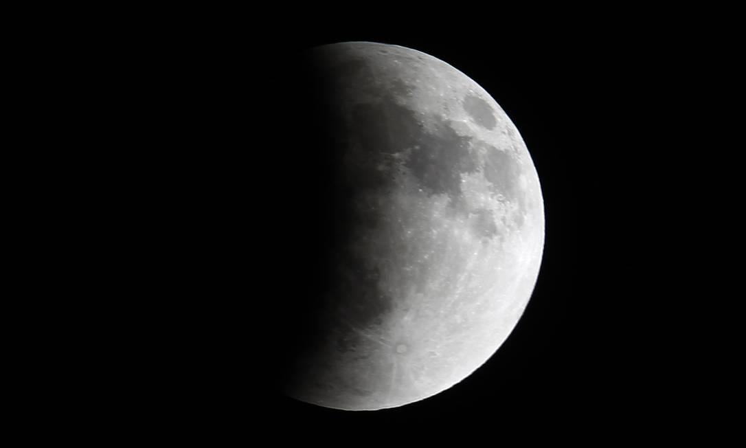 Foto tirada na Cidade do México mostra a sombra tomando conta da Lua EDGARD GARRIDO / REUTERS