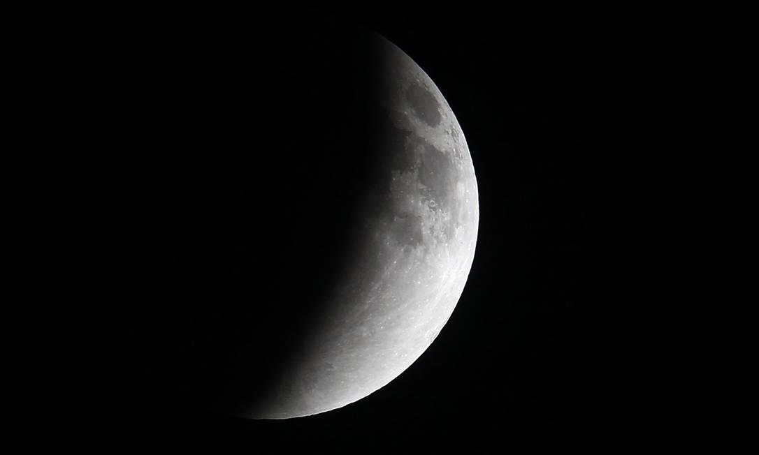 Demorou cerca de uma hora até que a Lua ficasse totalmente escura EDGARD GARRIDO / REUTERS