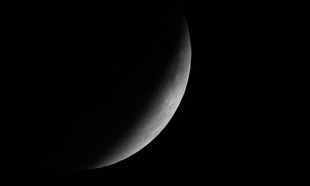 Depois de tomada pela sombra, a Lua começou a ganhar tons alaranjados. De acordo com a Nasa, o satélite fica com esta tonalidade pois sua região periférica entra no centro da sombra da Terra, que é de cor âmbar EDGARD GARRIDO / REUTERS