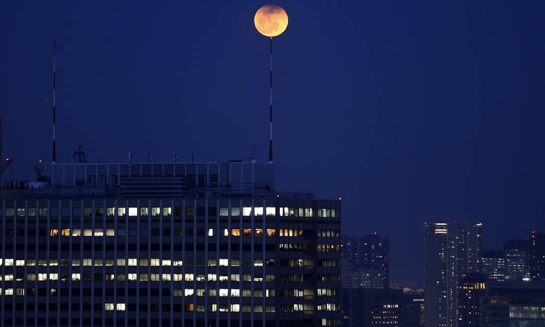 """A """"Lua de sangue"""" também foi vista de Tóquio, no Japão ISSEI KATO / REUTERS"""