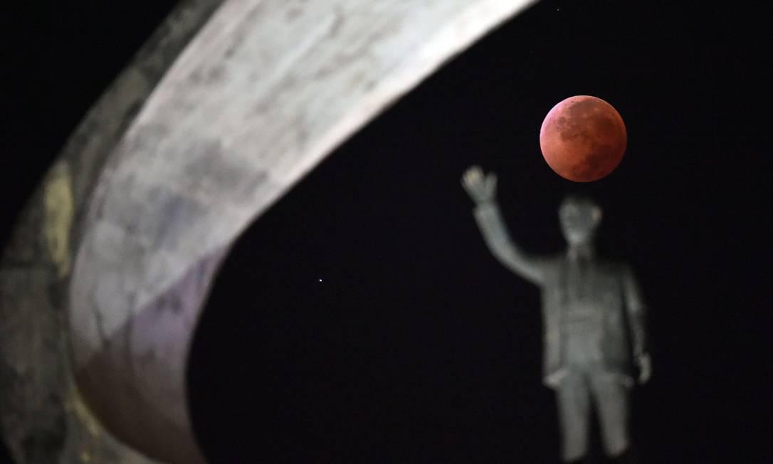 """No Brasil a """"Lua de sangue"""" foi fotografada em Brasília, no memorial Juscelino Kubitschek EVARISTO SA / AFP"""
