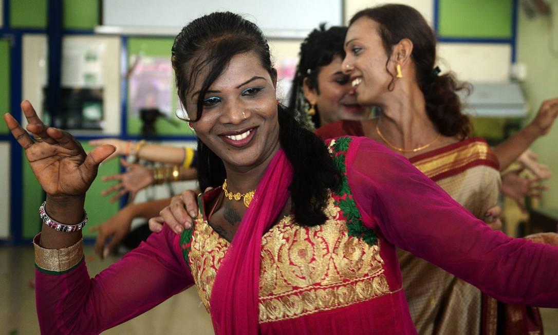 Transexual dança em evento que celebrou decisão da Suprema Corte da Índia Foto: AFP