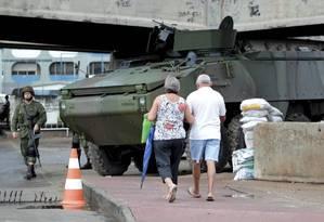 Presença ostensiva dos militares não vem inibindo ataques na Maré Foto: Marcelo Piu / Agência O Globo