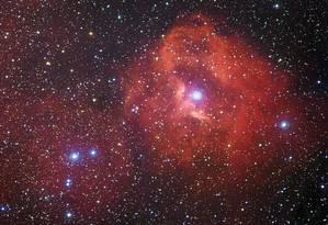 Combinação de observações do telescópio de La Silla, no Chile, permite ver o tênue brilho vermelho de nuvens de hidrogênio em torno de estrelas recém-nascidas na nebulosa Gum 41 Foto: ESO