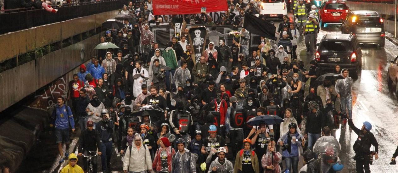 Protesto contra a Copa do Mundo reuniu cerca de mil pessoas, em São Paulo Foto: Fernando Donasci / Agência O Globo 15/04/2014