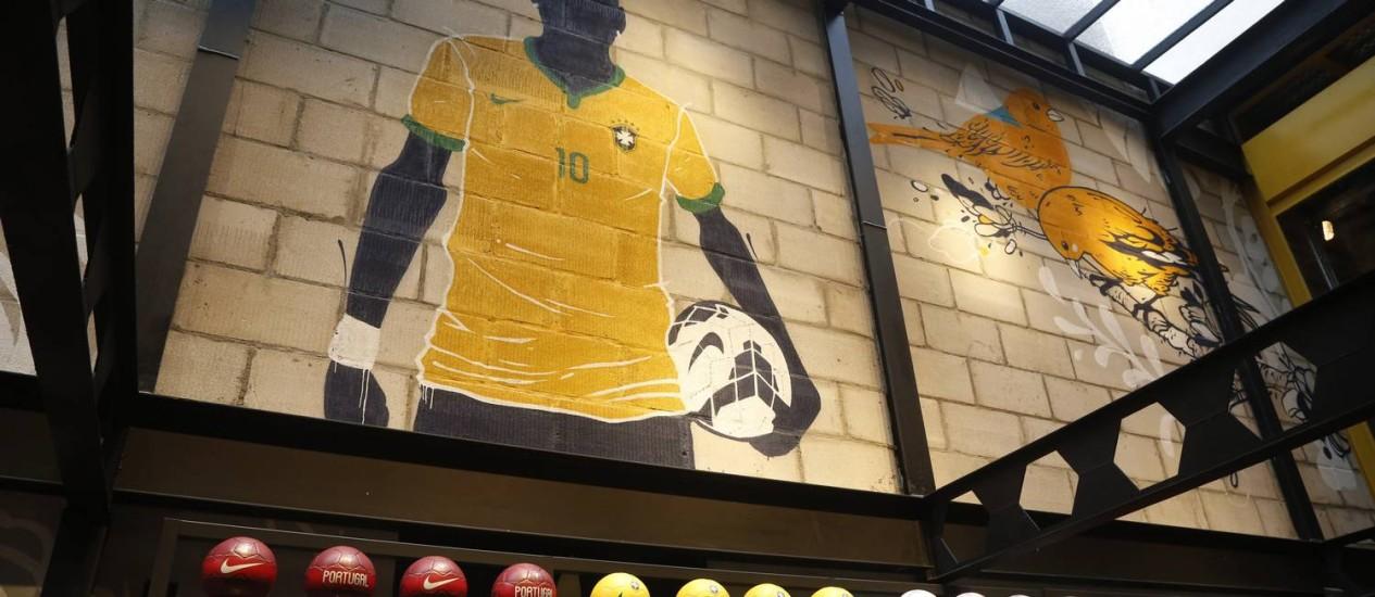 No embalo da Copa do Mundo no Brasil, a Nike abre uma nova loja em Copacabana, valorizando o setor Brasil com fotos de jogadores, taças, manequim invisível, grama artificial e grafismo de Mateu Velasco pelas paredes. Foto: Ana Branco / Ana Branco