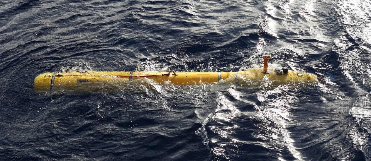 O submarino robótico Bluefin 21 é lançado no sul do Oceano Índico Foto: REUTERS