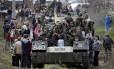 Soldados ucranianos em cima de veículos blindados e cercados por manifestantes pró-russos em Kramatorsk, no Leste do país