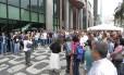Funcionários do IBGE fazem ato em frente ao prédio do órgão na Avenida Chile
