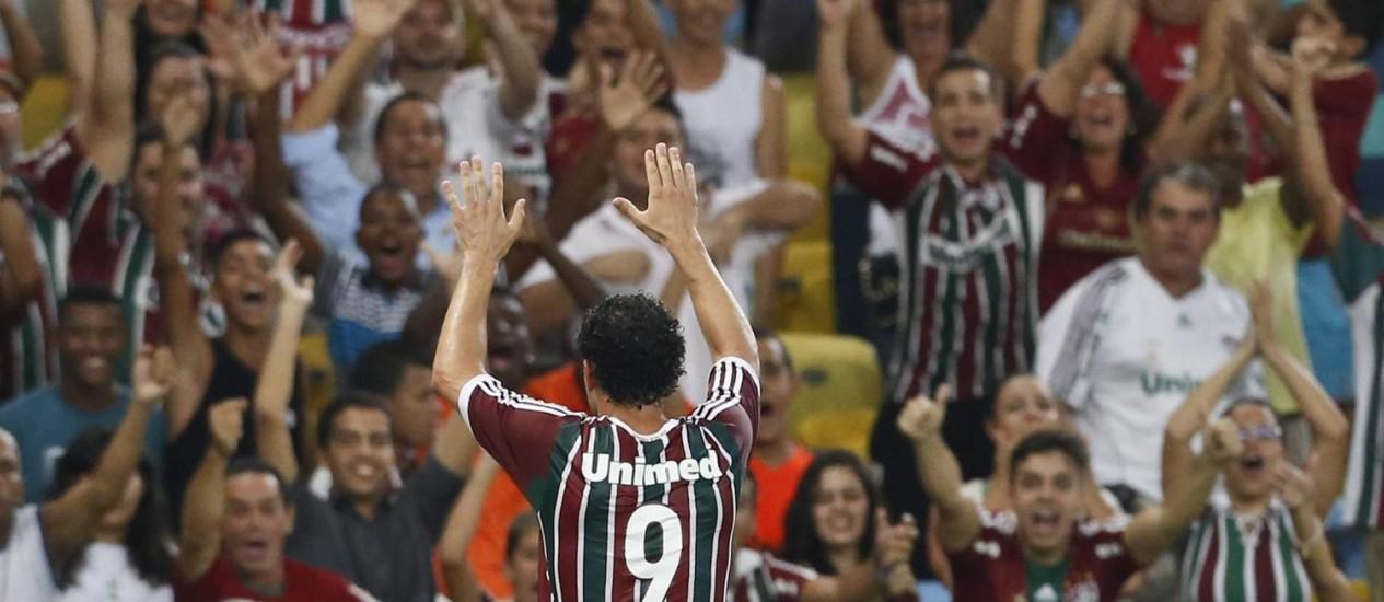 Fred comemora com a torcida no Maracanã em foto de arquivo Foto: Guito Moreto / Agência O Globo