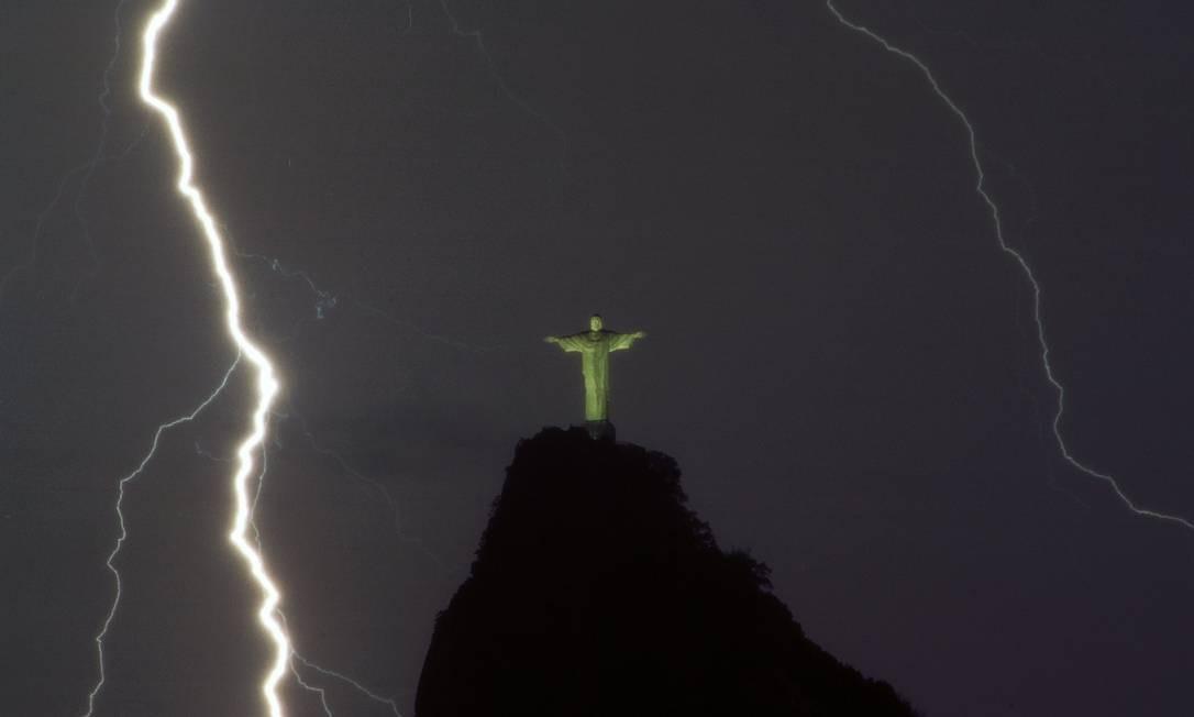 Raios próximos ao Cristo Redentor Foto: / Custódio Coimbra-28-05-2007