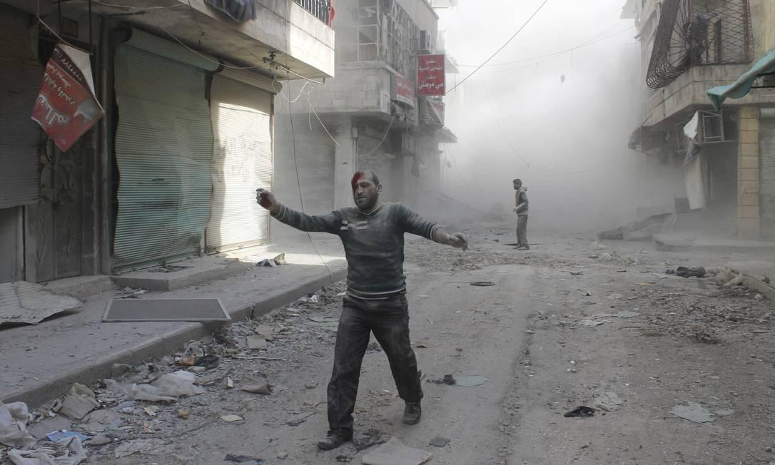 Homem ferido caminha após explosão de bomba em barril no bairro de al-Myssar, em Aleppo, nesta quarta-feira. Ativistas afirmam que explosivo foi lançado por forças leais ao presidente sírio, Bashar al-Assad. Foto: REUTERS