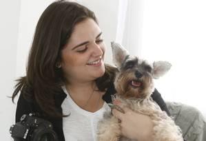 """Babi Medeiro com a schnauzer Frida, sua mais autal """"modelo"""" Foto: Eduardo Naddar"""