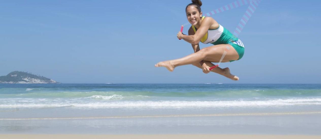 A atleta Vivien Vajda, praticante de pula-corda, participa pela primeira vez do evento. Na foto, ela mostra a sua habilidade na Praia da Barra, na altura do Pepê Foto: Leo Martins
