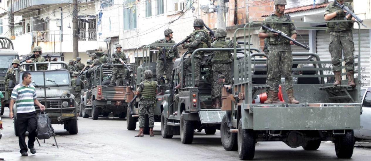 Militares fazem incursão pelas ruas da Maré (15/04/2014) Foto: Marcelo Piu / Agência O Globo