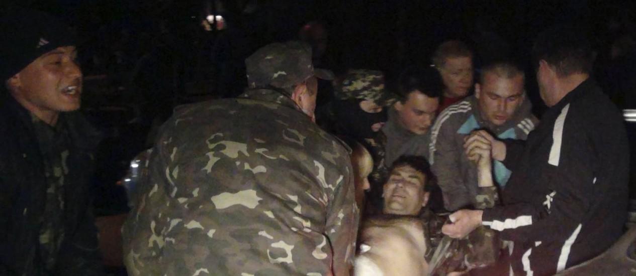 Homem ferido durante tiroteio em base militar em Mariupol Foto: STRINGER / REUTERS