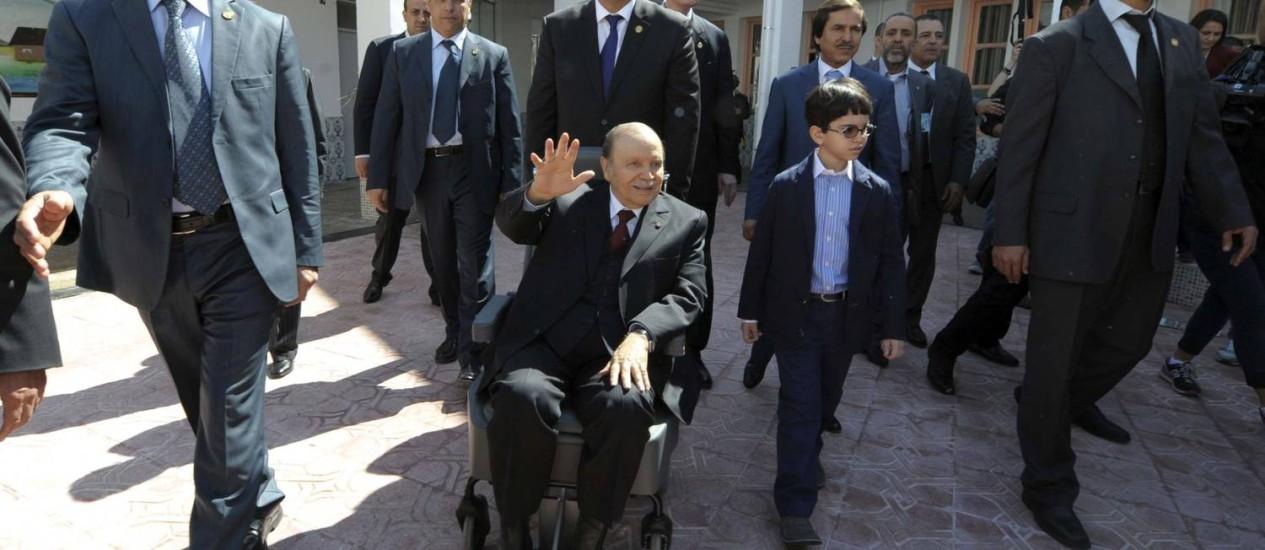 O presidente da Argélia, Abdelaziz Bouteflika, chega à seção eleitoral em uma cadeira de rodas Foto: Sidali Djarboub / AP