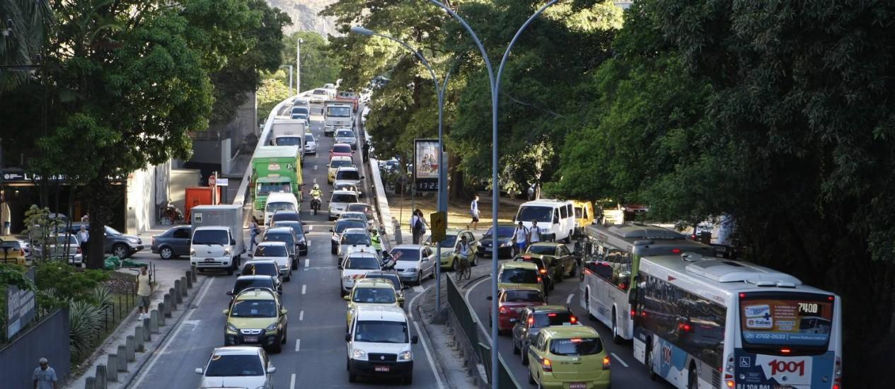 Trânsito nos dois sentidos da Rua Pinheiro Machado, em Laranjeiras Foto: Eduardo Naddar / Agência O Globo