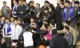 A presidente sul-coreana Park Geun-hye, recebe um smartphone de um dos pais, que mostra mensagem de texto do filho