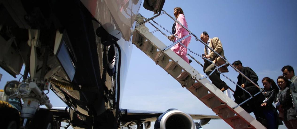 Visitantes da feira de aviação de Xangai conhecem um jato Embraer Lineage 1000E Foto: CARLOS BARRIA / Reuters