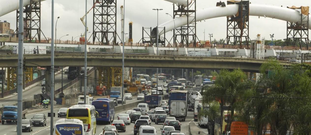 Engarrafamento na Avenida Brasil, no sentido Zona Oeste, na manhã desta Quinta-feira Santa, no trecho em que a via será fechada Foto: Gabriel de Paiva / Agência O Globo