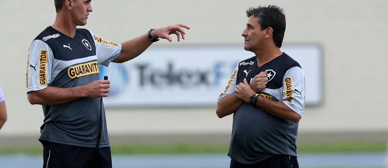 Vágner Mancini conversa com Eduardo Húngaro durante o treino do Botafogo Foto: Botafogo / Divulgação
