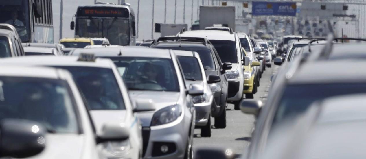 Motoristas enfrentam congestionamento em direção a Niterói na saída para o feriadão Foto: Pablo Jacob / O Globo