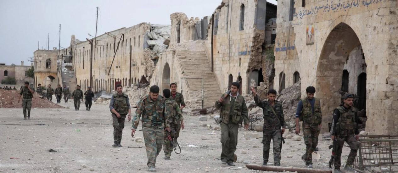 Aleppo. Forças leais ao presidente Bashar al-Assad guardam a entrada do quartel de Hanano, após ataque de rebeldes que deixou quase 50 mortos nesta quinta-feira Foto: GEORGE OURFALIAN / REUTERS