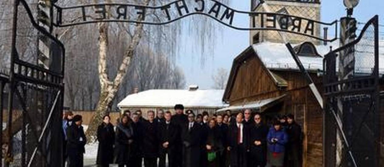 Membros do Parlamento israelense visitam o campo de concentração de Auschwitz, na Polônia Foto: AFP/28-1-2014
