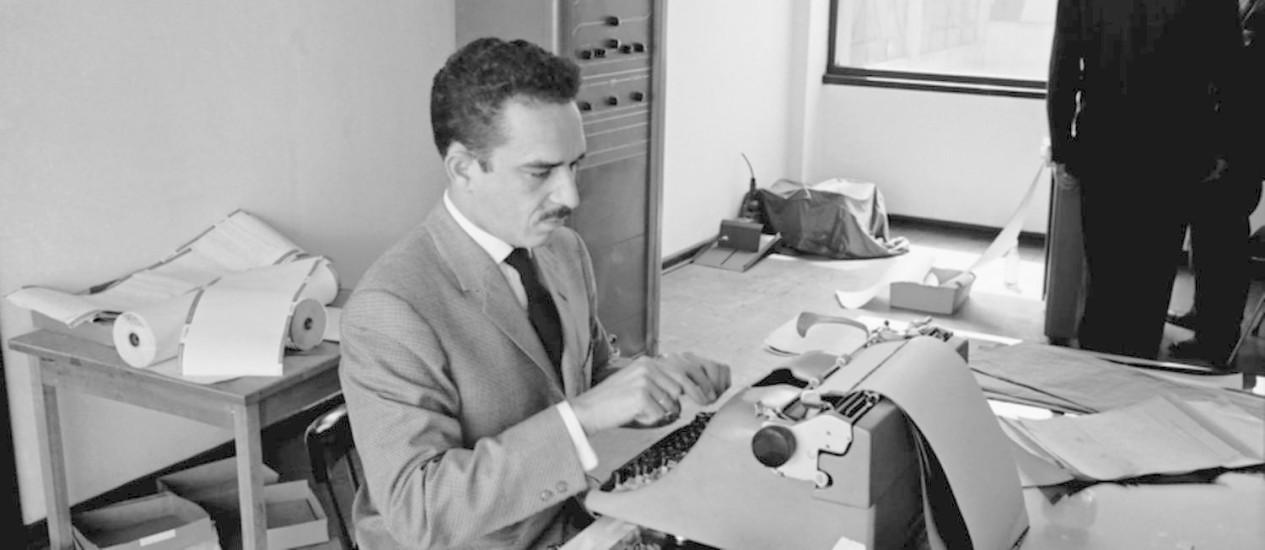Bogotá. O escritor no escritório da agência cubana de notícias Prensa Latina Foto: Hernán Diaz/Divulgação/1959