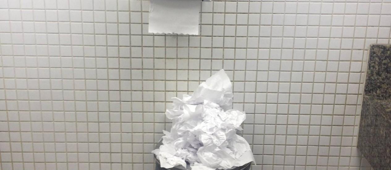 Sem recolhimento, papeis transbordam de lixeira em banheiro do aeroporto Foto: Leitor Antonio Guimarães / Eu-Repórter