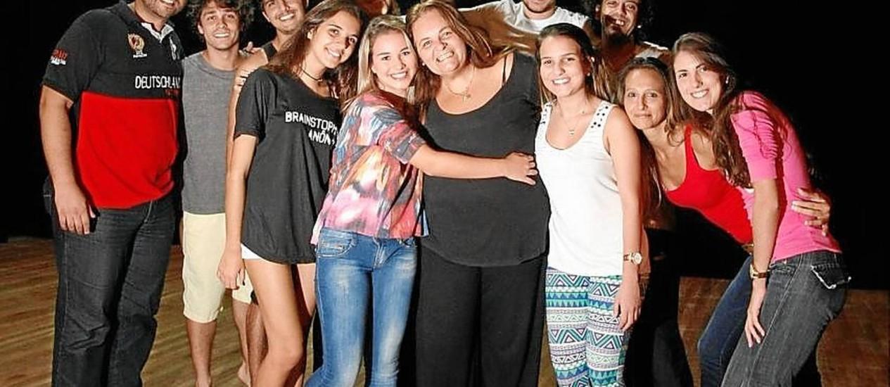 Bia Oliveira com seus pupilos no palco. Foto: Eduardo Naddar/ Agência O Globo