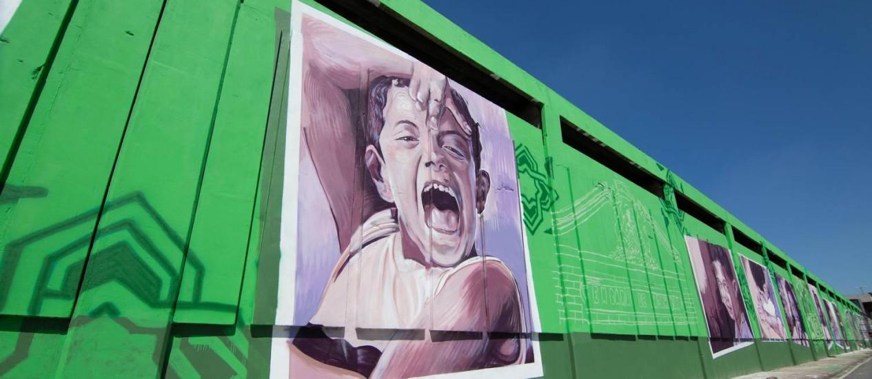 """Em Inhaúma. Uma das imagens do projeto """"GaleRio"""" num muro na Rua Martin Luther King Junior, que destaca crianças de uma escola pública local: efeitos na autoestima Foto: Divulgação/Marco Antônio Teob / Divulgação"""