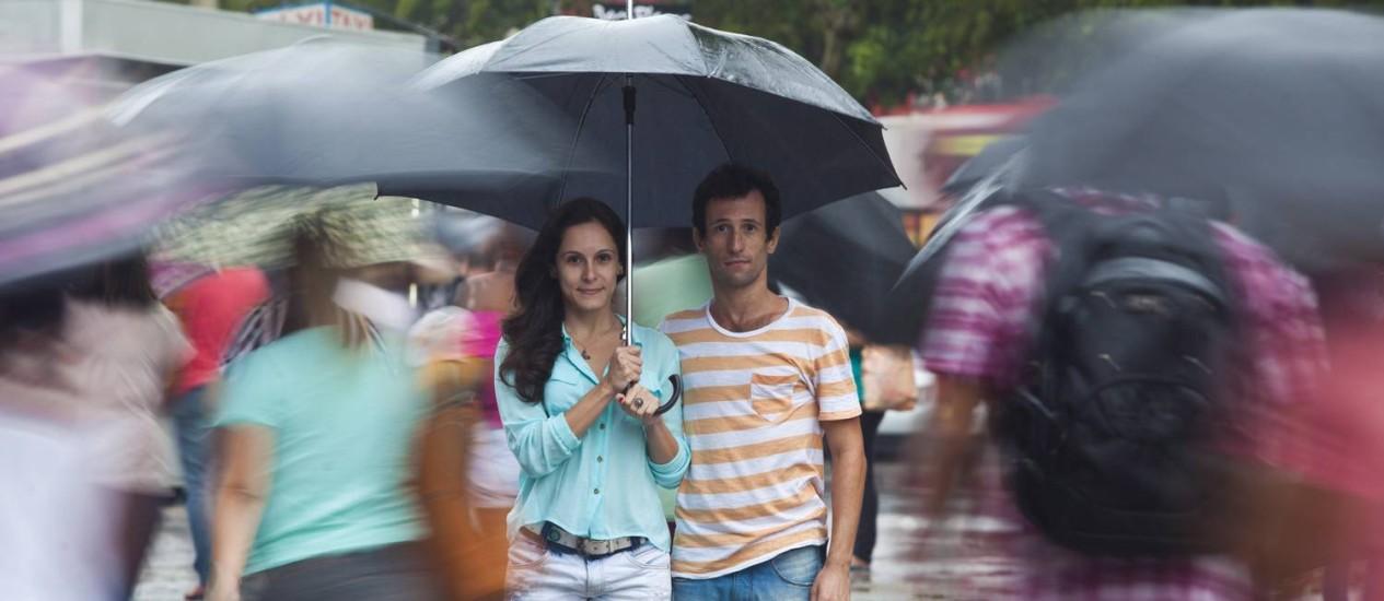 Na rua, na chuva. Os atores Camila Costa e Thiago Magalhães são protagonistas da peça, que tem como pano de fundo a escassez de água Foto: Agência O Globo / Bárbara Lopes