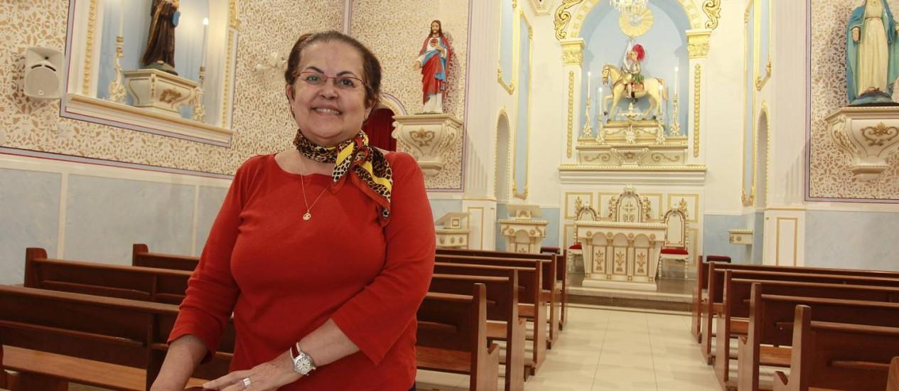 De berço. Márcia Tavares herdou a devoção dos pais: ela carrega uma medalha para lembrar sempre de seu protetor Foto: Márcio Alves