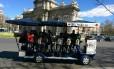 A Bike Beer leva até 16 passageiros e passeia por pontos turísticos de Madri, como a Puerta de Alcalá
