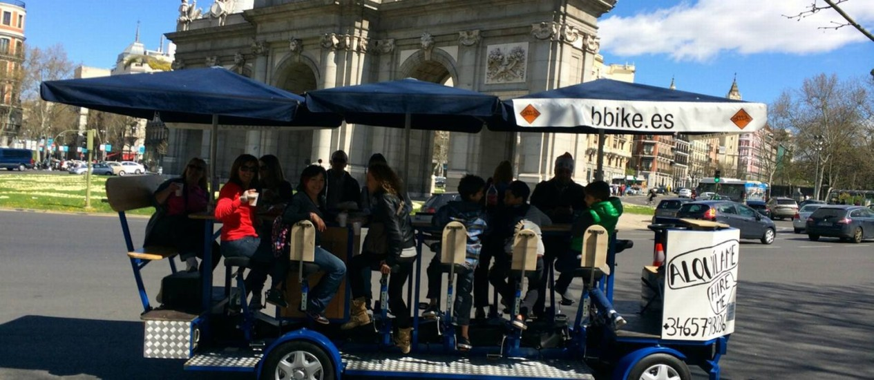 A Bike Beer leva até 16 passageiros e passeia por pontos turísticos de Madri, como a Puerta de Alcalá Foto: Divulgação
