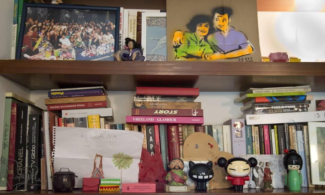 Livros, fotos e bonecos: essa é a estante de Izabel Foto: Simone Marinho / Agência O Globo