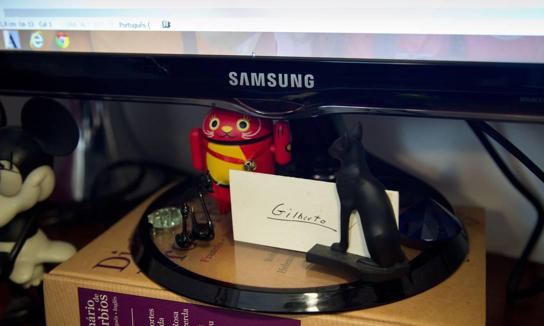 Um dicionário serve de apio para o monitor na mesa da despojada Izabel Foto: Simone Marinho / Agência O Globo