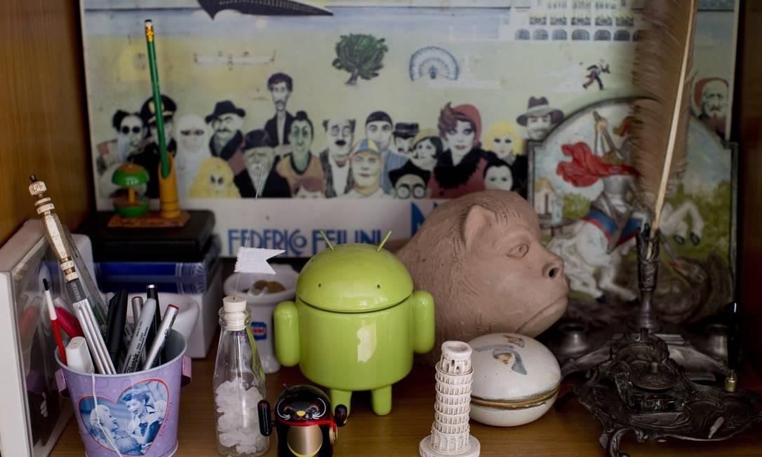 As estantes de Filipe também estão repletas de objetos divertidos e coloridos Foto: Simone Marinho / Agência O Globo