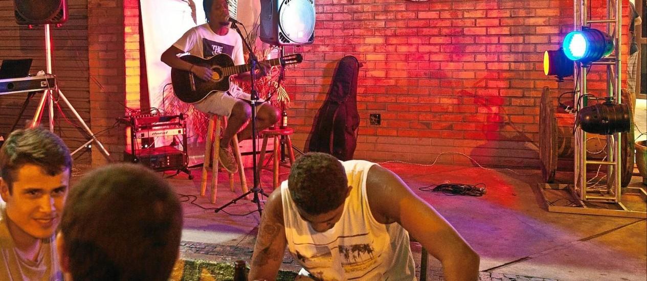 Kid Mumu. O vocalista da banda Nayah é uma das atrações do Coffee Shop Pampo, em Itaipu. Muito procurado por jovens, o bar tem apresentações de reggae, rock, MPB e forró, de quinta a domingo Foto: Bárbara Lopes