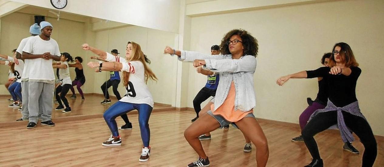 Coreografia. No canto esquerdo, o dançarino Gustavo Américo coreografa o número que será apresentado no evento Foto: Eduardo Naddar / Eduardo Naddar